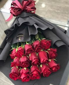 Image in flowers 🌹🌺 collection by ‍princess Rose Boquette Flowers, Rose Flower Arrangements, How To Wrap Flowers, Beautiful Bouquet Of Flowers, Luxury Flowers, Beautiful Roses, Creative Flower Arrangements, Flower Bouquet Diy, Red Rose Bouquet