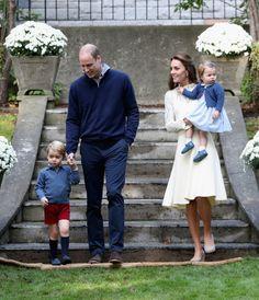 ERRADO. O príncipe William, a duquesa de Cambridge e seus dois filhos, príncipe George e princesa Charlotte, estão atualmente em uma viagem no Canadá.