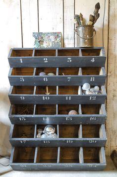 Meuble d'atelier Meuble d'atelier en bois dans sa patine d'origine gris anthracite. Côtés en bois naturel. Des numéros ont été rajoutés au pochoir (gris clair). 24 casiers. Livraison : me contacter.