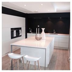 White kitchen + black wall = cool solution ❤️ Cred: @siwmarit67 #manobykvik#kvikkitchen#kvik#kitchen#køkken