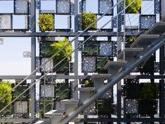 En 2011, au Japon, une façade recouverte de jardinières en panneaux d'aluminium moulées sur mesure a été créée par les architectes Kengo Kuma & Associa