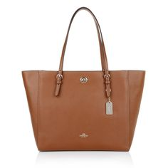 We are so in love with the Coach Turnlock Tote Saddle! It is a great handbag for summer holidays and your daily business! The classic brown hue is very classy but accomplished your outfit with style. Fashionette.de