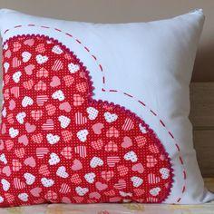 Coração - Almofadas Patchwork - Lindíssima sugestão para presentear quem você ama! Tecidos 100% algodão, capa e almofada. Throw Pillows, Sewing, Home Decor, Plain Cushions, Handmade Cushions, Patchwork Cushion, Embroidered Cushions, Pillow Covers, Tejidos