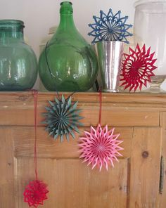 DIY tutorial: DIY paper stars for the Christmas tree, we don't just admire it at Christmas. Christmas Time, Christmas Crafts, Christmas Bulbs, Xmas, Star Decorations, Christmas Tree Decorations, Diy Paper, Paper Crafts, Origami And Quilling