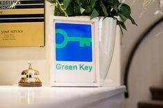 Voor de 4de keer op rij bekroond met de #Groene_Sleutel  Net voor de start van de Klimaatconferentie in Parijs, kreeg #Hotel_Navarra_Brugge het nieuws binnen dat we voor het 4de jaar op rij bekroond werden met de #Green_Key, een gerenommeerd milieukeurmerk voor logiesinstellingen. Een bekroning voor onze inspanningen voor een beter milieu?  http://www.g