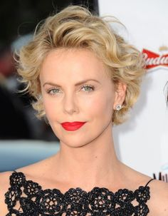 Voilà plus d'un an que l'actrice sud-africaine a troqué sa longue chevelure blonde pour une coupe à la garçonne. D'une coupe pixie brune à un carré flou en passant par une coiffure asymétrique blonde, Charlize Theron passe sans peine la douloureuse étape de la repousse. http://www.elle.fr/Beaute/Cheveux/Tendances/Coupe-courte-comment-Charlize-Theron-gere-la-repousse