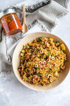 """Het lekkerste recept voor """"Nasi goreng"""" vind je bij njam! Ontdek nu meer dan duizenden smakelijke njam!-recepten voor alledaags kookplezier! Nasi Goreng, Detox Recipes, Wok, Fried Rice, Veggies, Fish, Cooking, Ethnic Recipes, Risotto"""