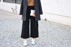 More on www.offwhiteswan.com Camel Pullover by Asos, Wool Coat by COS, Wide Twill Trousers by H&M Trend, Multicolor Bag by &otherstories, Sneaker by Adidas #offwhiteswan #swantjesoemmer