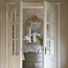 Traditional hallway pictures and photos for your next decorating project. Find inspiration from of beautiful living room images Gray Interior, Home Interior, Interior And Exterior, Interior Design, Interior Doors, Stylish Interior, Baños Shabby Chic, Hallway Pictures, Doors Galore