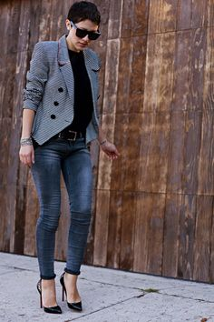 I HATE denim but paired with pigalle louboutins and a blazer it looks chic. Looks Chic, Looks Style, Casual Looks, Style Me, Jean Outfits, Casual Outfits, Cute Outfits, Casual Chic, Casual Fridays