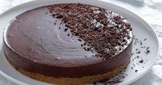 Μια λαχταριστή τούρτα γιαουρτιού με 5 υλικά. Πολύ εύκολη στη παρασκευή της, εξαιρετική στη γεύση της, που θα σας βγάλει ασπροπρόσωπους σε όλες τις Greek Sweets, Greek Desserts, Mini Desserts, Easy Desserts, Dessert Recipes, Food Network Recipes, Food Processor Recipes, Greek Cake, Dessert Presentation
