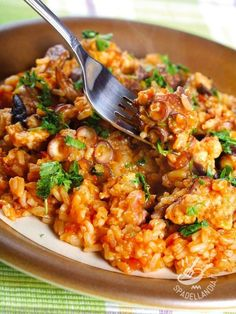 Risotto with octopus - Se avete poco tempo provate il Risotto al sugo di polpo con il polpo surgelato. Ma ricordate, che se lo trovate fresco, è ancora più gustoso! #risottoalpolpo Octopus Recipes, Shellfish Recipes, Salty Foods, Risotto Recipes, Rice Dishes, Seafood Dishes, Light Recipes, Soul Food, Italian Recipes