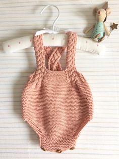 Pelele trenzas Baby Cardigan Knitting Pattern, Baby Knitting, Crochet Bikini, Knit Crochet, Bebe Baby, Crochet Baby Clothes, Shooting Photo, Baby Pants, Diy Dress