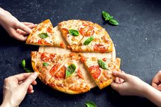 People Hands Taking Slices Of Pizza Margherita. Pizza Margarita and Hands close up over black background. Dieta Dash, Beste Pizza In Rom, Pizza Legal, Diet Pizza, Pizza Nutrition Facts, Nutrition Plans, Best Homemade Pizza, Artisan Pizza, Cauliflower Pizza