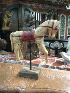 Prachtig beeldje van klein houten paardje.. Te koop bij Medussa Heist op den berg