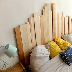 A graphic headboard with wooden planks. Home Room Design, Interior Design Living Room, Split Level Decorating, Furniture Sale, Bedroom Furniture, Headboard With Lights, Headboard Ideas, Headboards, Diy Holz