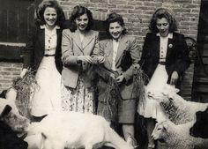 Tijdens het begin van de oorlog. Het meisje naast Marie verstopt haar Jodenster voor de foto.