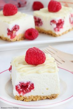 White chocolate meets fresh raspberries in these luscious cheesecake bars. So incredible creamy and so easy to make (the filling requires no baking!) they will be a favorite year round! #raspberrydessert