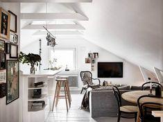 50m² sous les toits : le canapé et les chaises, meubles d'assises, sont disposés sous les toits car une fois assis, on peut se caler sous le plafond !
