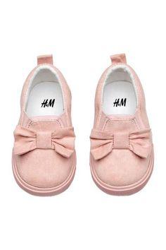 Buty sportowe z imitacji zamszu z elastycznymi wstawkami po bokach. U góry kokarda, z tyłu pętelka. Podeszwy wewnętrzne i wyściółka z bawełny. Gumowe podesz