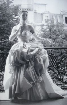 Vintage Christian Dior Haute Couture Photo by Willy Maywald Paris 1953 Vintage Dior, Vintage Couture, Vintage Glamour, Vintage Beauty, Vintage Vogue, Vintage Paris, Vestidos Vintage, Vintage Dresses, Vintage Outfits