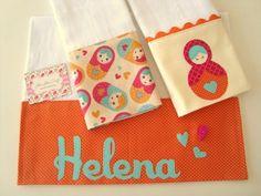 É um kit composto por três fraldinhas, são confeccionada em fralda de ótima qualidade, barrado em tricoline (100% algodão) e aplicações.  São ótimas para limpar a boquinha do seu bebê.    *** Nesse valor está incluso o primeiro nome da sua bebezinha.