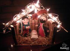 Presépio de Natal feito com alguns materiais reciclados. O estábulo foi construído com rolhas de cortiça, papelão e espetinho de madeira. Os bonecos da Maria, José e menino Jesus são costurados a mão com feltro e pano de viscose. As lâmpadas são inclusas no produto, ao acendê-las dão uma linda im... Christmas Ornaments, Salvador, Holiday Decor, Home Decor, Cork Stoppers, Hand Stitching, Recycled Materials, Toddler Girls, Craft