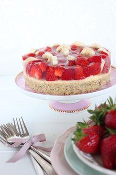 Eigentlich müsste der Titel ja lauten: Erdbeer-Bananen-Kuchen mit Nussteig und Vanillepuddingschicht dazwischen – aber das kann ja kein Titel für einen einzigen Kuchen sein, oder? Der Chef me…