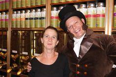Simon Lévelt, de Nederlandse koffie- en thee handelaar, gezellig op de thee bij zijn winkel in Eindhoven. http://www.lachendelama.nl/nieuws/simon-levelt-bezoek-eindhoven/