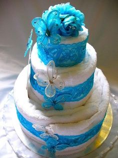 cool idea for wedding gift! Wedding Towel Cakes, Spa Cake, Raffle Baskets, Gift Baskets, Silent Auction Baskets, Blessing Bags, Candy Wreath, Nappy Cakes, Towel Crafts