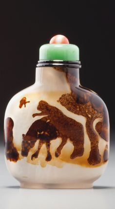A DENDRITIC CHALCEDONY 'MONKEY AND HORSE' SNUFF BOTTLE<br>OFFICIAL SCHOOL, QING DYNASTY, MID-18TH / MID-19TH CENTURY | lot | Sotheby's