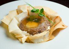 Старинное русское блюдо в оригинальной порционной подаче от шеф-повара сети кафе Де Марко.