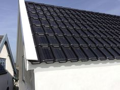 Photovoltaik auf kleinster Fläche: Solardachziegel ist marktreif Solar cells are integrated into the ceramic roof tiles, which convert solar energy into electricity. What sounds so. Solar Energy Panels, Best Solar Panels, Solar Energy System, Techno, Ceramic Roof Tiles, Solar Roof Tiles, Solar Projects, Solar House, Solar Charger