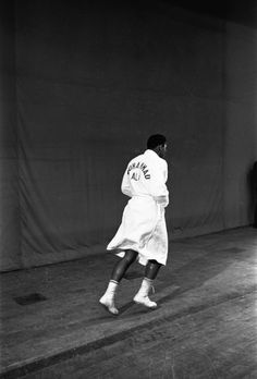 In memory of boxer Muhammad Ali i wanted to pay tribute to him through famous portraits that the press and photographers published during his life. Muhammad Ali Boxing, Muhammad Ali Quotes, Mohamed Ali, Sports Illustrated, Boxe Fight, Kentucky, D Jango, Boxing Posters, Sting Like A Bee