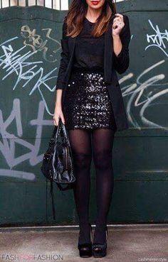 Blusa negra + Blazer negro + mini negra brillante o con lentejuelas + pantys negras