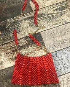 """Instagram'da Sibel Kavaklıoğlu Başak Yün: """"Yeni model boncuk çantamız 💃🏻boncukları kapıda ödemeli kargo yapıyoruz : 05363022043 ayfer hocam ellerine saglık @bileklik_ag"""" Beaded Clutch, Beaded Purses, Beaded Bags, Pearl Crafts, Diy Bags Purses, Craft Bags, Bead Jewellery, Quilted Bag, Vintage Handbags"""