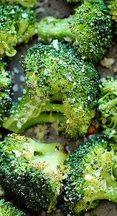 Roasted Broccoli Garlic Parmesan Roasted Broccoli - This comes together so quickly with just 5 min prep. Plus, it's the perfect and easiest side dish to any meal! [ ]Garlic Parmesan Roasted Broccoli - This comes together so quickly with just 5 min prep. Side Recipes, Vegetable Recipes, Vegetarian Recipes, Cooking Recipes, Healthy Recipes, Vegetable Snacks, Ww Recipes, Veggie Dishes, Food Dishes