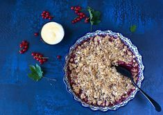 Crumblet eli murupaistokset ovat helppoja valmistaa ja variaatioiden mahdollisuus on rajaton! Niihin voi käyttää monipuolisesta niin marjoja kuin hedelmiäkin. Omasta mielestäni crumble on parhaimmillaan hiukan happamista marjoista tehtynä – karviaisista tai herukoista. Myös happamat omenat toimivat. #marjacrumble #murupaistos #kasvisreseptit Halloumi, Quesadilla, Food, Quesadillas, Essen, Meals, Yemek, Eten