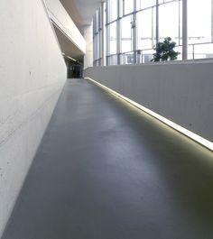 Fußböden aus dem Pandomo®-Grundwerkstoff bestechen durch ihre modern reduzierte Optik und glatten, klaren Oberflächen.