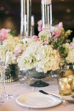 hochzeit-fruhling-tischdeko-metall-vasen-weiss-hortensien