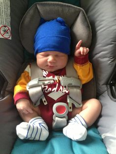 Check out this lil  2 day old  Redskins Fan!  HTTR (Photo d3fd7798c