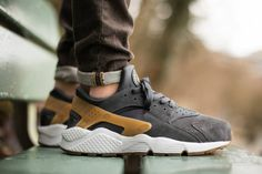 Nike Sportswear adds to its stable of Air Huarache releases with the introduction of this Anthracite/Gum Medium Brown-Pure Platinum colorway for the early part of 2015. Offering premium grey suede con...