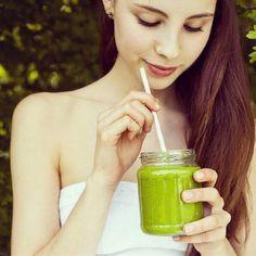 Ein grüner Smoothie mit Salat, Obst und Nüssen ist nach dem Training ideal