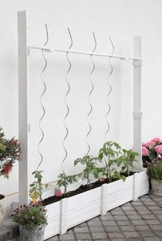 Cool planter box: with wires to help support plants. Cool design! idee voor de tuin
