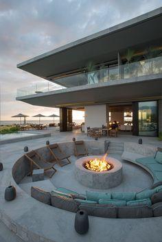 Miejsce do grillowania, barbecue - to może w takim stylu? Jeżeli chcesz mieć takie miejsce na rozpalanie ogniska przy swoim domu - pomyśl o tym wcześniej, przed rozpoczęciem budowy, najlepiej na etapie koncepcyjnym projektu! Rozmawiaj o swoich potrzebach z architektem! On podpowie najlepsze rozwiązanie! Vallarta House, Meksyk