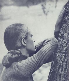 Tree bark, ribbed sweater, swept back hair ... smooth gold hair clip ... #johnengstead focuses on texture and tone in this 1944 photograph of #slimhawks for #harpersbazaar #1940sfashion #americanfashion #theamericanlook #dresshistory #fashionstudies #fashionhistory #howardhawks #slimkeith #vintagefashion