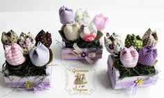 Mini Jardineira em MDF com mini tulipas em tecidos.  Ideal para lembrancinhas de casamento, nascimento, batismo, etc.  Este Valor é unitário.  Acima de 20 peças R$ 11,00 (cada) - 15 dias Acima de 50 peças R$ 10,00 (cada) - 20 dias Acima de 80 peças R$ 9,00 (cada) - 25 dias Acima de 100 peças R$ 8,00 (cada) - 30 dias  Pode ser feitos em outras cores.  Com aroma de flores ou de bebê Acrescentar R$ 4,00 a cada 20 peças. R$12,00