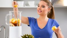 Incorporating smoothies into your diet as a snack or meal replacement is a useful way to promote healthy weight loss. Start creating your own health-conscious smoothies with these 10 tips. Fruit Smoothies, How To Make Smoothies, Breakfast Smoothies, Healthy Smoothies, Smoothie Recipes, Fruit Juice, Frozen Banana Daiquiri Recipe, Sumo Detox, Baby Food Recipes