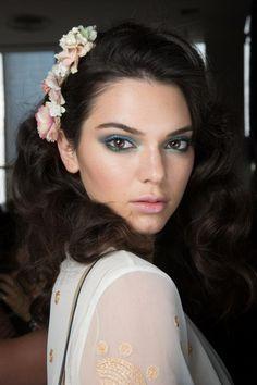 coiffure barrettes à fleurs