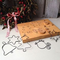 Wire jig (pic only; Wire Crafts, Metal Crafts, Xmas Crafts, Christmas Projects, Diy And Crafts, Crafts For Kids, Noel Christmas, Christmas Ornaments, Wire Jig